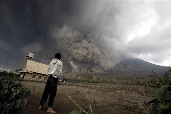 endonezyadaki-olumcul-yanardag-patlamasindan-10-etkileyici-fotograf