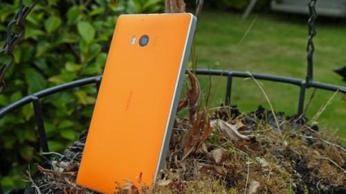 Nokia Lumia 930, tasarım anlamında serinin diğer telefonlarına nazaran çok daha iyi durumda.